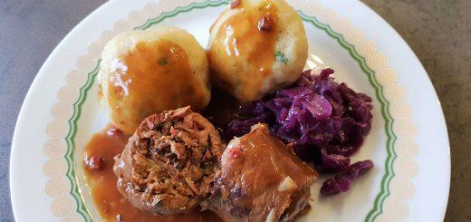 Rinderrouladen mit Knödel und Rotkraut: beef roulades, traditional German dish with potato dumplings